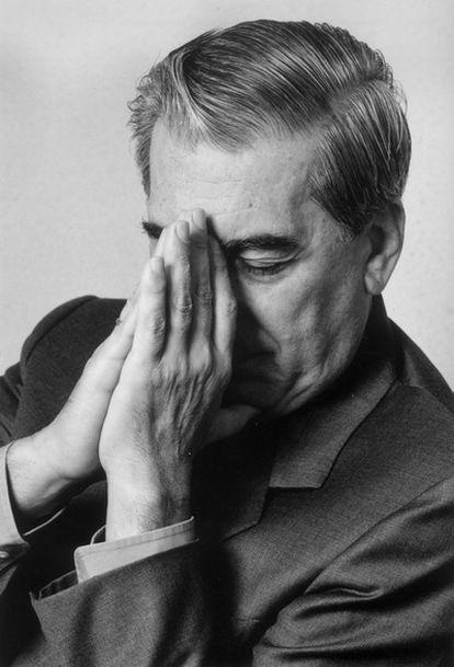 El escritor hispano peruano, Mario Vargas Llosa, se ha convertido en el primer Premio Nobel en español desde el concedido a Octavio Paz en 1990.