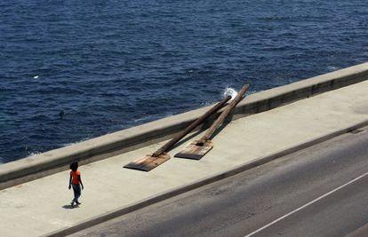 Unos remos gigantes colocados en el malecón de La Habana como parte de la XI Bienal de Arte de la capital cubana