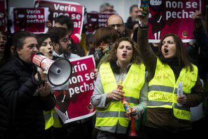 Protesta ante el Parlamento gallego por el cierre del paritorio de Verín.