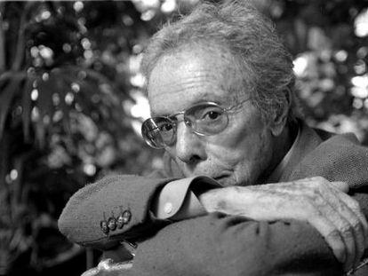 El modista Manuel Pertegaz, en su taller de Barcelona en una imagen de 1998.
