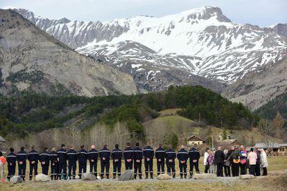Familiares de las víctimas y miembros del equipo de rescate en el memorial por los fallecidos en el siniestro del avión de Germanwings.