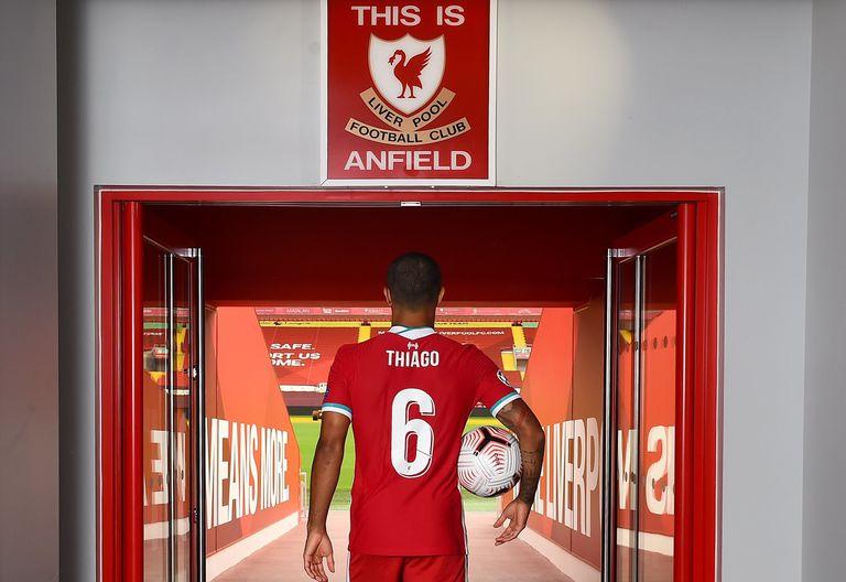 Thiago Alcántara sale al césped de Anfield