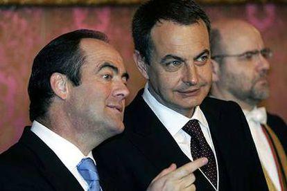 El ministro José Bono y el presidente José Luis Rodríguez Zapatero, ayer en el Palacio Real.