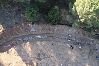 Exhumación de la conocida como fosa de los ferroviarios en Gumiel de Izán (Burgos) en 2011.