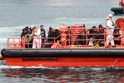 Llegada al puerto gaditano de Algeciras de 61 personas de origen magrebí rescatadas por Salvamento Marítimo el pasado 21 de abril.