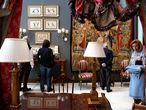 Objetos del Hotel Ritz que van a ser subastados en la Fundacion Carlos Amberes.