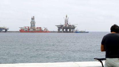 Dos plataformas y un barco plataforma en el muelle Reina Sofía de Las Palmas de Gran Canaria el 13 de agosto de 2014.