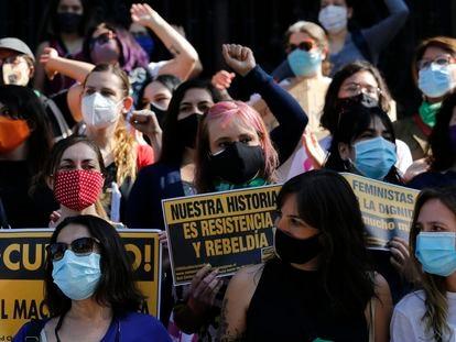 Un grupo de mujeres se manifiesta en el aniversario del estallido de las protestas chilenas, el pasado 18 de octubre en Santiago.