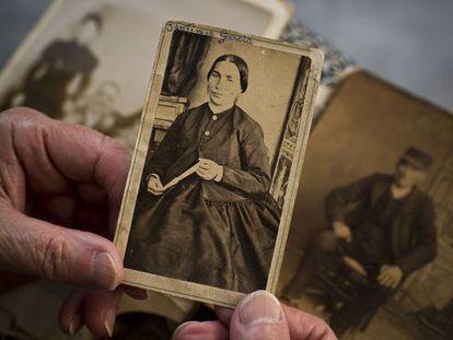 Argamasilla de Alba. Una foto de La Jantipa, la posadera de Azorín, en manos de su tataranieta, Aquilina Carrasco.