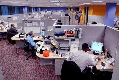 Los trabajadores de algunas empresas usan redes sociales propias y mejoran la cooperación.