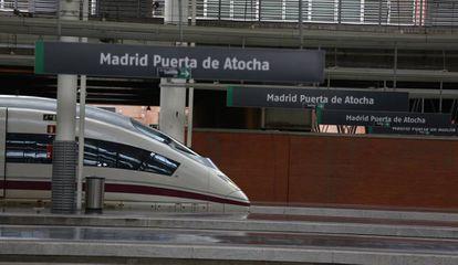 Un tren de alta velocidad en la estación de Atocha de Madrid
