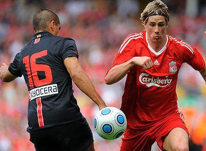 Fernando Torres en un lance del partido junto a Juanito, de espaldas.
