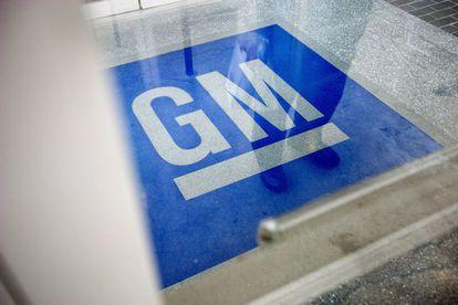 El logo de GM, en una sede en Roswell. Estados Unidos.