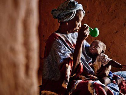 Houley Abdoulaye Bá alimentando su hijo con coucous y leche en la comunidad de Diawoud, Mauritania.