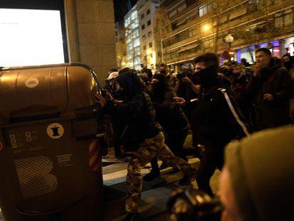 Altercados en Barcelona en las protestas por el encarcelamiento del rapero Pablo Hasél. En vìdeo, altercados en Girona.