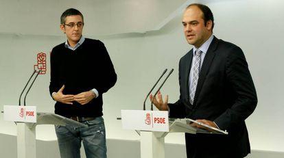 Eduardo Madina (i) y el economista José Carlos Díez, excoordinadores del área Política y Económica de la Ponencia marco del PSOE, en rueda de prensa en la sede de Ferraz.