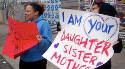 Manifestantes contra los abusos a mujeres en la vía pública