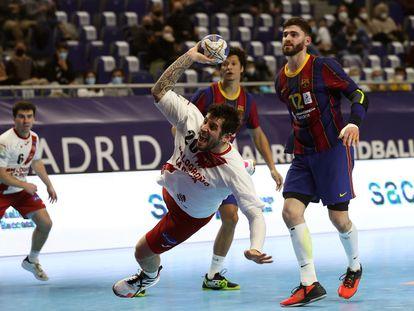 El pivote del Logroño Tomás Moreira, en una acción contra el Barcelona.