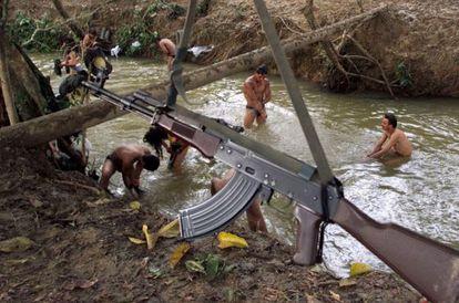 Guerrilleros de las FARC se bañan en un río en San Vicente Caguán (Colombia), en abril de 2000.