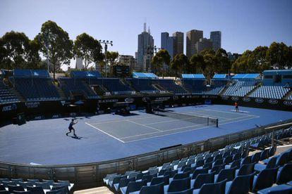 Dos jugadores entrenan en las instalaciones de Melbourne Park, Australia.