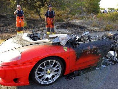 Los restos del Ferrari de Banega. El coche ha ardido esta tarde cerca de la ciudad deportiva del Valencia.