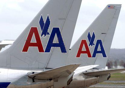 Las colas de dos aviones de AA en el aeropuerto Ronald Reagan.