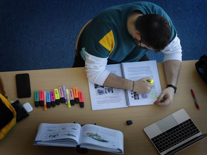 Un estudiante, en una biblioteca de la Universidad Autónoma de Barcelona, este jueves.
