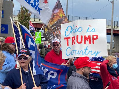 Partidarios de Donald Trump esperan la llegada del demócrata Joe Biden, el 30 de septiembre en Alliance (Ohio).