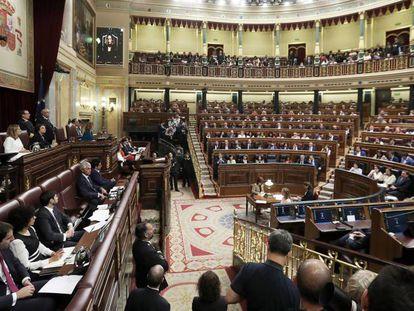 Sesión Constitutiva de la XIII Legislatura. En vídeo, la presidenta del Congreso, Meritxell Batet, confirma la decisión de la mesa.