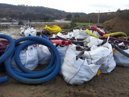 Residuos acumulados junto a la autovía