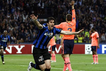 Milito anota el tercero del Inter y redondea con un gol su gran partido, mietras Piqué levanta la mano solicitando un posible fuera de juego en el tanto del argentino.