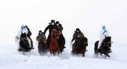 Funcionarios chinos viajan a través de la nieve para visitar aldeas remotas e informar sobre el coronavirus.