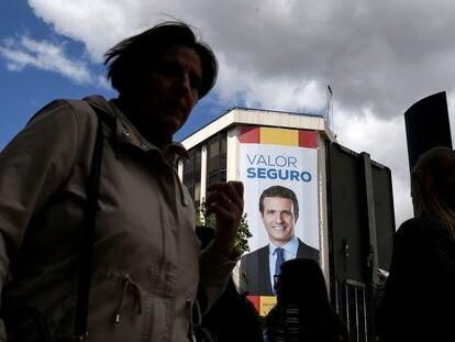 Una pancarta del presidente del PP, Pablo Casado, en la sede del partido en Madrid.