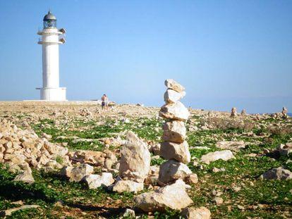 Estructura levantada con piedras junto al faro de es Cap, en Formentera.