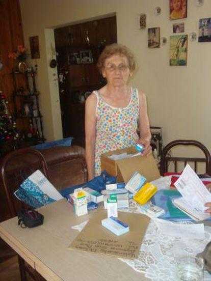 Lola Valenzuela muestra en su casa de Argentina medicinas que necesitan y que paga con ayuda de la Junta.