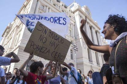 Trabajadores despedidos del Centro Cultural Kirchner protestan este jueves en la puerta de ese establecimiento.