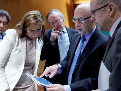 Cristóbal Montoro comenta datos de su conferencia con el presidente del Círculo de Economía, Josep Piqué (a su derecha); el secretario de Finanzas de la Generalitat, Albert Carreras (a su izquierda); la presidenta del PP catalán, Alicia Sánchez-Camacho, y el portavoz de este partido, Enric Millo.
