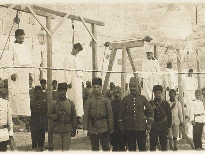 Soldados turcos posan tras el ahorcamiento de varios armenios en 1915 en Alepo, en Siria.