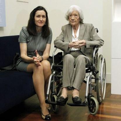 La escritora Ana María Matute, hoy en la rueda de prensa en la Biblioteca Nacional, con la ministra de Cultura, Ángeles González Sinde.