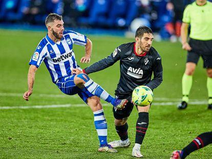 Luis Rioja golpea el balón en una acción del partido.