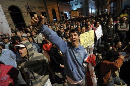 Manifestantes protestan frente a la sede de la televisión estatal paraguaya en Asunción.