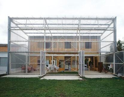Casa Latapie (Burdeos, Francia, 1993). En este proyecto, uno de los primeros del estudio, Lacaton & Vassal amplió el espacio de la vivienda mediante un pórtico transparente que generaba continuidad entre el interior y el exterior del edificio.