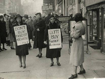Dos emigrantes españolas boicotean la reputada tienda Casa Moneo en pleno corazón del barrio español en Manhattan, en Nueva York, en 1939.