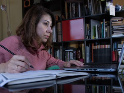 Una mujer teletrabaja desde su domicilio en Madrid.
