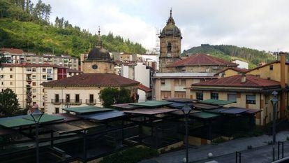 La iglesia y el Ayuntamiento de Ermua, en la actualidad.
