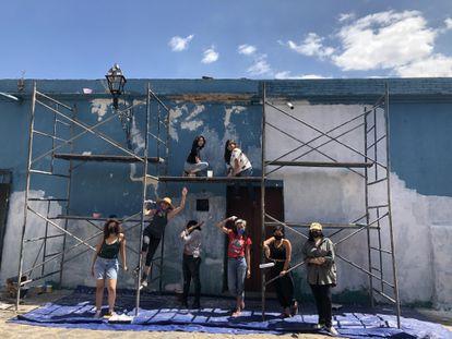 Parte de las mujeres que pintaron el mural de María Izquierdo en Oaxaca de Juárez.