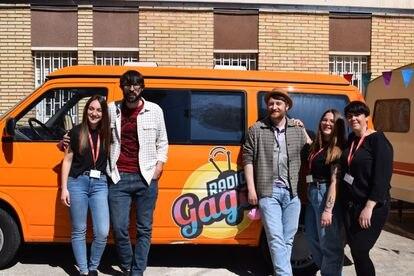 Los presentadores Quique Peinado (izquierda) Y Manuel Burque, junto a varias trabajadoras de La Llavor, ante la furgoneta del programa.