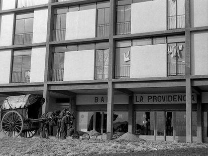 Un carro frente a un bar del barrio de Montbau de Barcelona, en 1958.