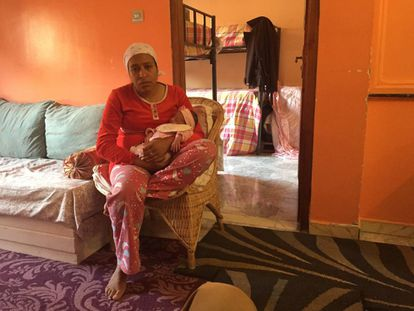 Sanan, madre soltera, reposa con su bebé en la casa de acogida de la ONG 100% Mamans, el martes 26 de abril en Tánger
