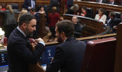 Santiago Abascal y Pablo Casado charlan en el hemiciclo durante la sesión constitutiva de las Cortes.